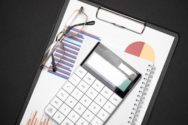 계산기, 그래프 및 안경 사무실 작업 테이블
