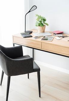 Офисное рабочее место с ноутбуком на деревянном столе