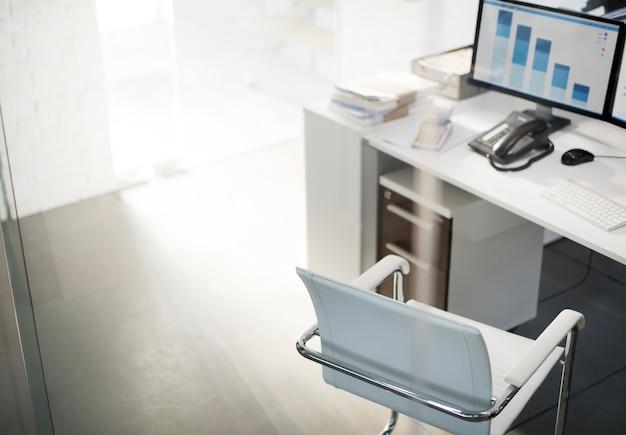 컴퓨터 바탕 화면 분석 그래프를 보여주는 사무실 작업 영역