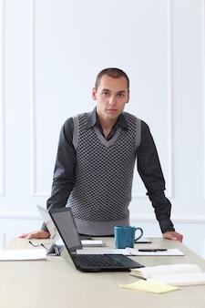 Офис. молодой человек на работе