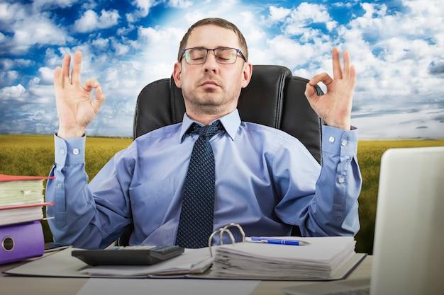 직장에서 스트레스에 대처 하는 직장에서 명상 사무실 zen 편안한 남성 사업가
