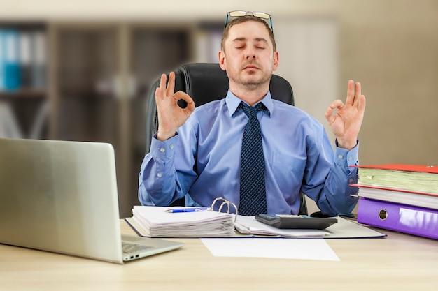 사무실 젠은 스트레스에 대처하는 직장에서 명상을 편안한 남성 기업가