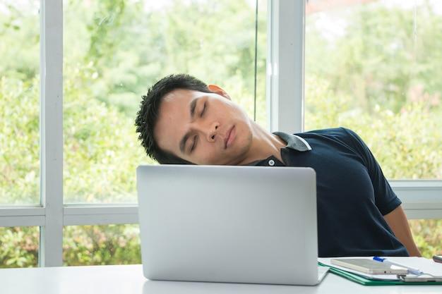 Офицер вздремнул на рабочем месте с ноутбуком