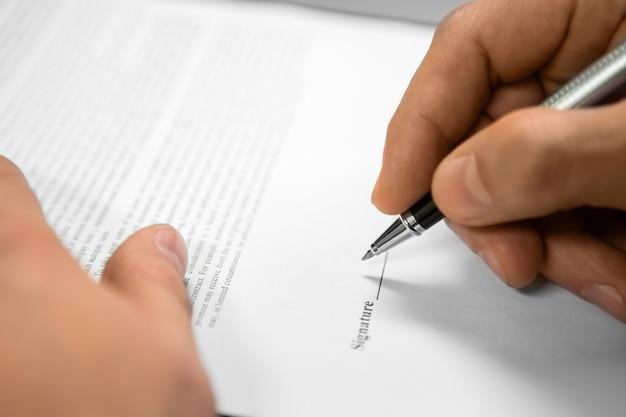 Чиновник подписывает документ. нуждается в защите закона. имя защищающей компании. подписание юридического документа.