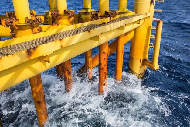 근해 드릴 노란색 및 가스 생산 석유 파이프라인 파도 바다.