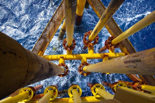 근해 드릴 노란색 석유 및 가스 파동 바다 생산 석유 파이프라인.