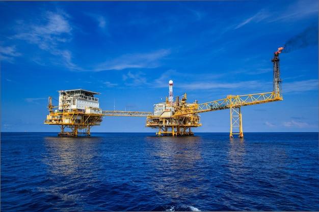 Оффшорный бизнес по добыче и разведке нефти и газа. завод по добыче нефти и газа и основная строительная платформа в море. энергетический бизнес
