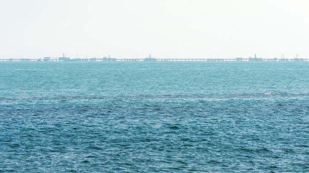 霧深い天候の青い海の沖合石油プラットフォーム