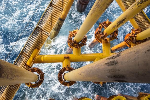 근해 파이프 드릴 노란색과 가스 생산 석유 파이프라인 파도 바다.
