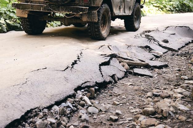 하드맨을 위한 오프로드. 비 후 비포장도로에서 자동차 경주. 바퀴, 보닛, 거울 및 문은 진흙으로 덮여 있습니다. 오지 시골의 가 자연 젖은 진흙탕과 자동차 오프로드의 조각.