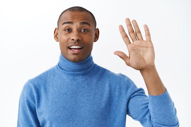 Oh ciao, piacere di conoscerti. ritratto di un uomo afroamericano sorpreso saluta un amico, non mi aspettavo di vedere una persona see