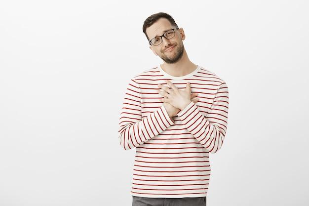 ああ、とても甘いです。メガネに立って触れて立っているかわいい満足している男の肖像