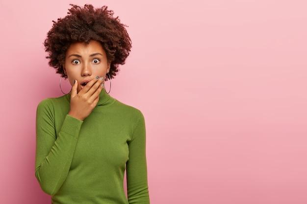 오 안돼! 귀여운 젊은 아프리카 계 미국인 여자는 공포에서 헐떡이며, 공포에 보인다