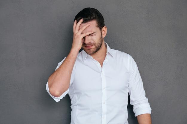 О, нет! разочарованный молодой человек закрыл лицо рукой и с закрытыми глазами