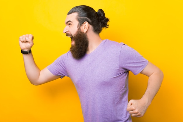 О нет, я опоздал. бежит портрет кричащего бородатого мужчины.