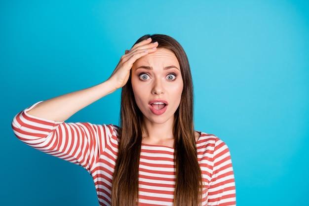 ああ、私は私のビジネスプロジェクトを忘れています。驚いたショックを受けた女の子のタッチ手額の悲鳴を着て青い色の背景の上に分離された良い服を見てください