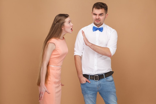 Ой, пожалуйста, перестань сбивать с толку мужчину в белой рубашке, попробуй запретить или остановить рассерженную женщину
