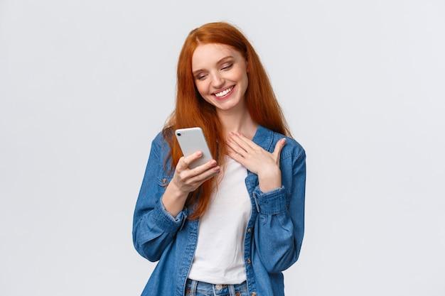 ああとてもかわいいです。赤毛の彼女に触れて喜んでいると、愛の絵文字、素敵なメッセージ、テキストメッセージ、ボーイフレンドとのチャット、携帯電話の持ち方、胸のタッチ、笑顔のモバイルディスプレイが届きます