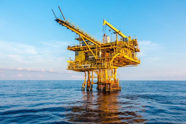 Нефтегазовая платформа в заливе или на море, мировая энергия, морское нефтяное и буровое строительство