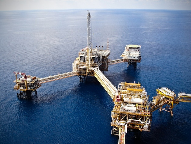 천연 가스 및 응축수를 생성하는 석유 및 가스 처리 플랫폼.