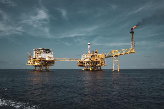 オフショアでの石油およびガス生産プロセスフラットフォーム