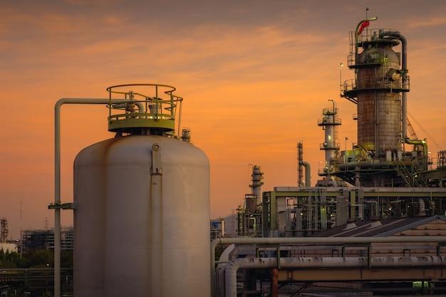 オレンジ色の空の夕日の背景、石油化学産業プラントの石油とガス精製所のパンツ