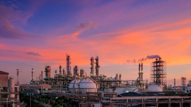 Нефтегазоперерабатывающий завод или нефтехимическая промышленность на фоне заката неба