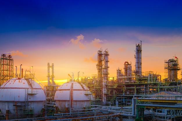 하늘 일몰 배경에 석유 및 가스 정유 공장 또는 석유 화학 산업