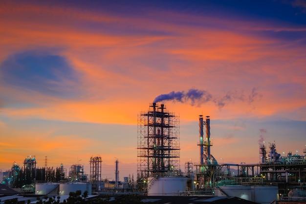 空の夕日を背景に石油・ガス精製プラントまたは石油化学産業