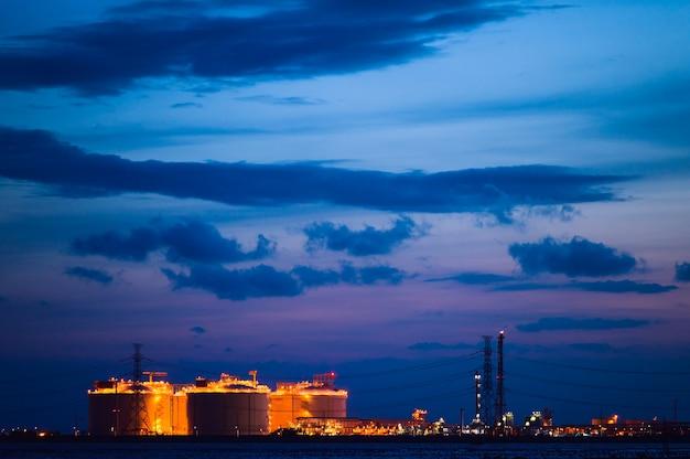 石油精製所の石油化学産業団地における石油およびガス精製所の貯蔵