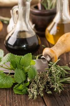 油と酢、ニンニク、ハーブ入りナイフ