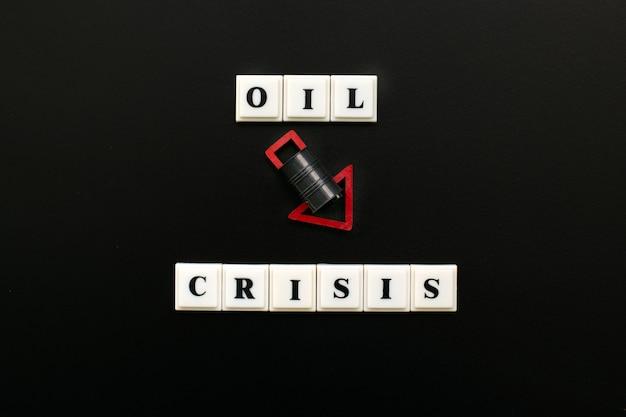 Баррель нефти с красной стрелкой вниз. нефтяной кризис