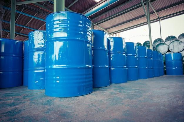 Синие нефтяные бочки или химические бочки горизонтально и вертикально штабелируются