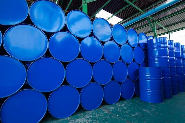 오일 배럴 파란색 또는 화학 드럼 수평 누적