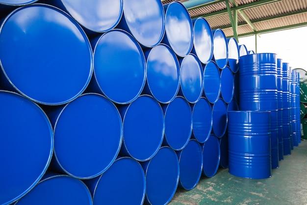 Синие нефтяные бочки или химические бочки горизонтально сложены
