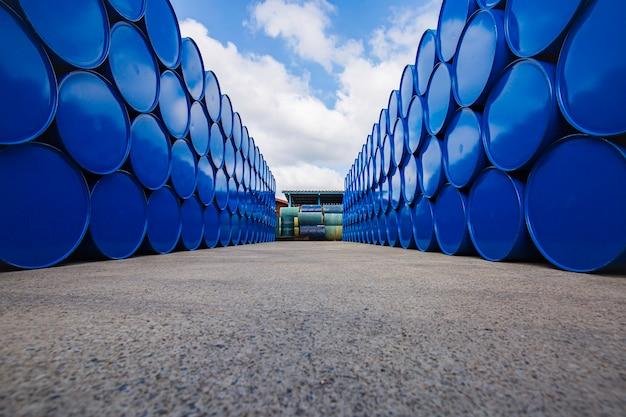 青の石油バレルまたは水平に積み上げられた化学ドラム