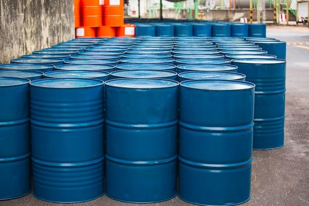 青の石油バレルまたは垂直に積み上げられた化学ドラム