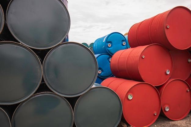 Зеленые и красные бочки с нефтью или химические бочки уложены горизонтально