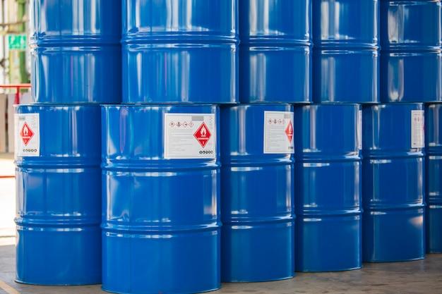 緑の石油バレルまたはシンボル警告化学ドラムが垂直に積み重ねられています。