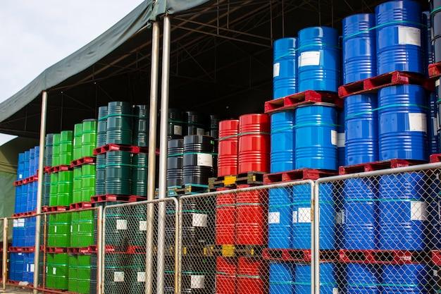 오일 배럴 빨간색 파란색과 녹색 또는 화학 드럼 수직 스택