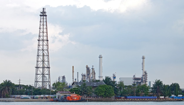 Oil distillation tower