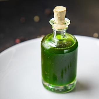 オイルグリーンハーブとスパイスガーリックパセリディルバジルフレッシュミントミールスナックテーブル