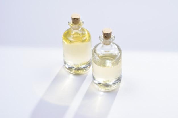 Масло в бутылке на белой поверхности вид сверху копирование пространства
