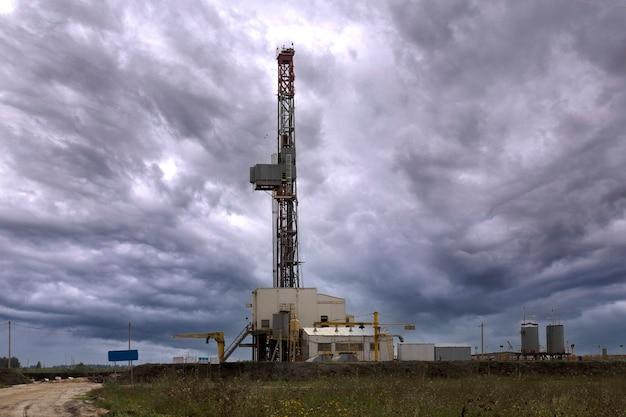석유 산업. 석유 굴착 장치. 일몰에 오일 펌프입니다. 공간을 복사합니다.