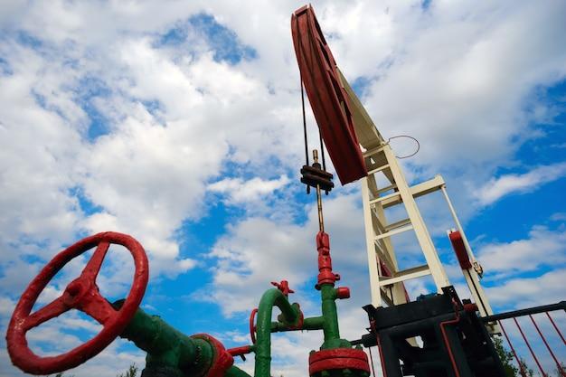 푸른 하늘 배경에 여름에 석유 기계 흔들 의자.