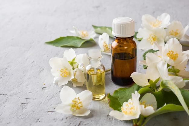 ジャスミンの油。ジャスミンオイルによるアロマテラピー。ジャスミンの花
