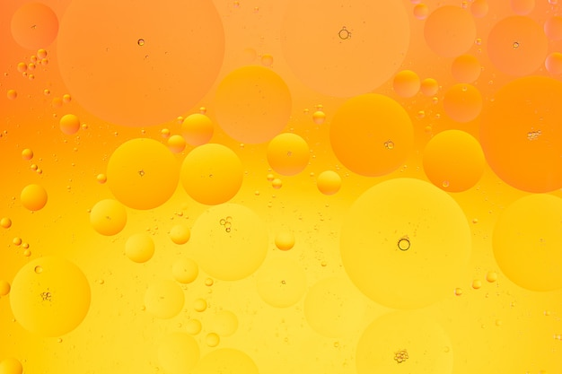 추상 노란색과 오렌지 색상 그라데이션 배경의 물 매크로 사진에 기름