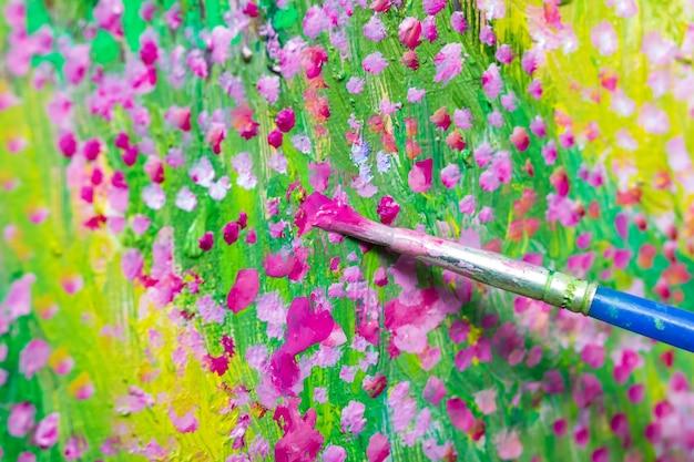 油絵のプロセス。キャンバスにブラシペイントの花のアート。