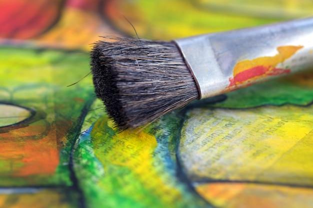 キャンバス上の油絵の具とペイントブラシ