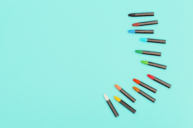 민트 색종이 폰에 그리기위한 오일 파스텔 크레용. 예술가의 직장.